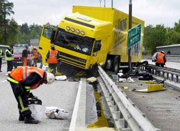 Lastbilsolycka på E 18 i Västerås. Foto och copy, Tony Persson, 070-593 34 34